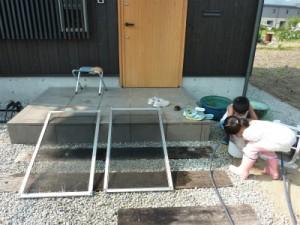 網戸を雨で洗う
