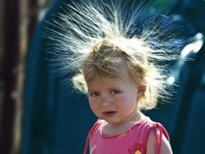 髪が静電気で逆立つ