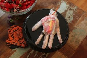 ハロウィンお菓子の手首ラッピング